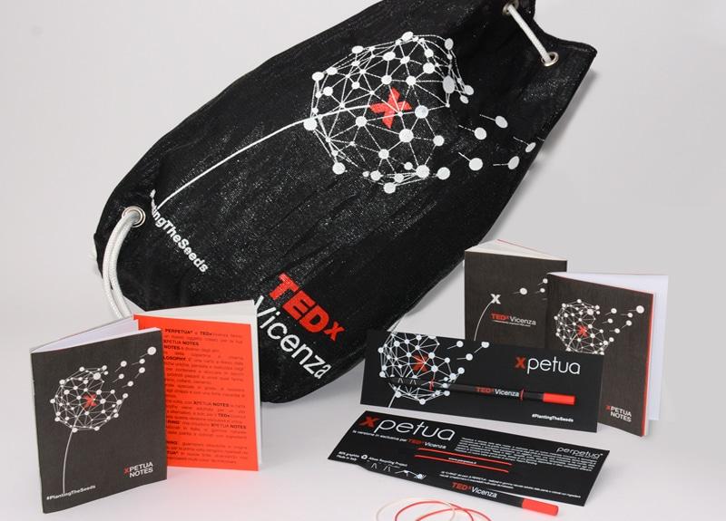 La Xbag con il taccuino e Perpetua la matita per TEDxVicenza 2016