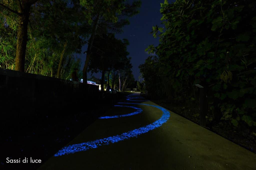 Immagine che contiene albero, esterni, via, strada  Descrizione generata automaticamente
